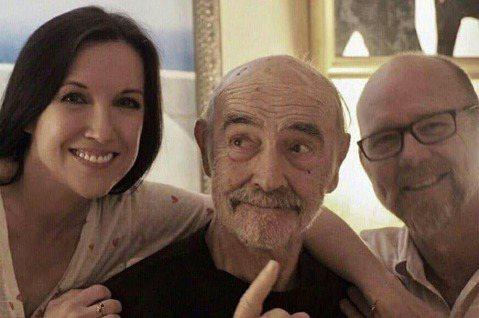 007電影系列首任主角史恩康納萊,於睡夢中過世,享耆壽90歲,他生前最後一張公開照片也在網路上流傳,他的兒子傑森與伴侶費歐娜,去年曾為他慶祝89歲生日,只見他神情俏皮,手指天空,看起來仍充滿巨星魅力...