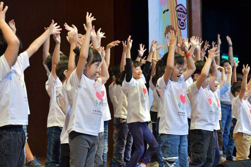 聽損兒童受限於聽力限制,必須花更多時間辨識音符,但他們仍不放棄,在舞台上發光發熱,令人動容。圖/兒童慈善協會提供
