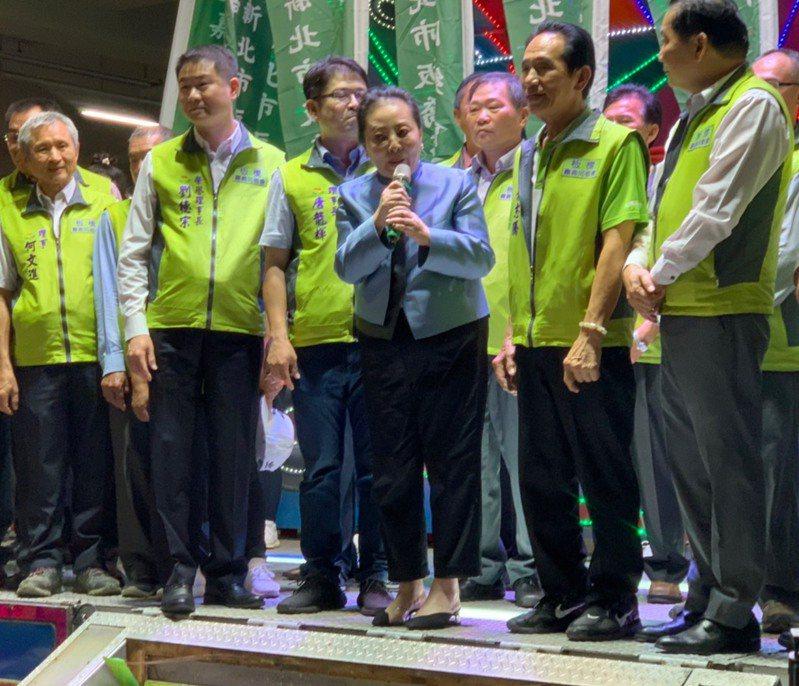 張花冠在台上笑稱,要支持會做事的侯友宜,選輸的人已經跑去當行政院長了。記者/張睿廷攝影