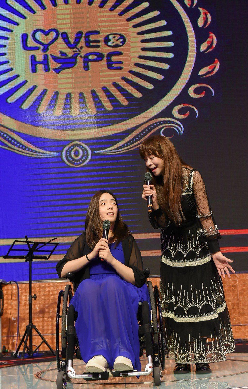 張瓊瑤帶著罹患罕病、坐著輪椅的女兒張語安做公益撫慰人心。圖/台灣愛與希望關懷協會...