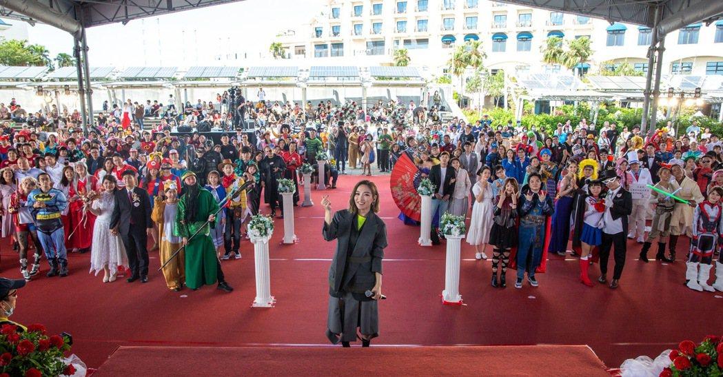 閻奕格受邀為「2020新北市聯合婚禮」百對新人獻唱「You & I」。圖/華研國