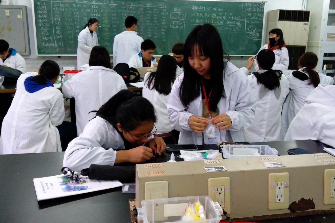 從奧林匹亞題看生活中的科學 原民高中生樂學化學