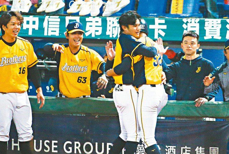 岳東華(中)與弟弟岳政華(右二)同場同局開轟,助隊獲勝。記者黃仲裕/攝影