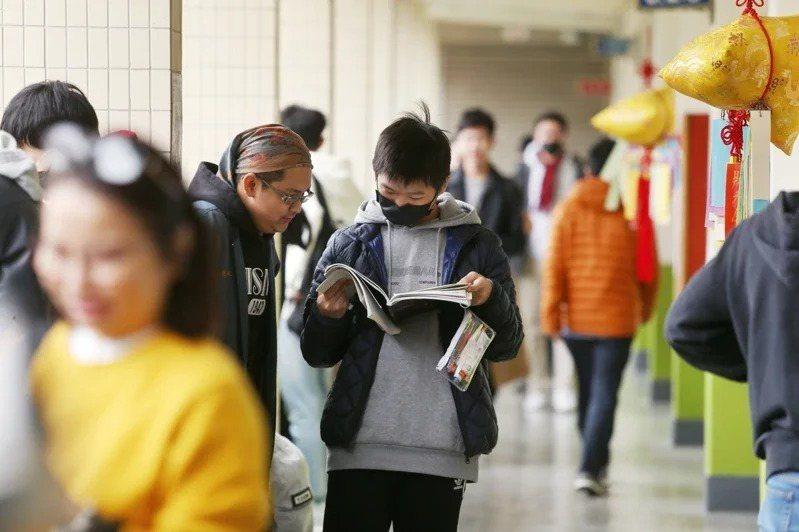 一一○學年學測試辦考試將擴大,考科從社會、自然兩科,增加為寫作以外的六科,預計邀十萬名考生免費參加,每生選兩科。本報資料照片