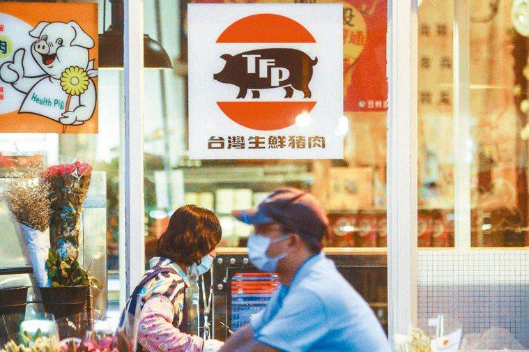 蔡政府宣示進口萊豬許多餐廳及業者搶在農委會推廣台灣豬標章前,在店外張貼使用台灣生...