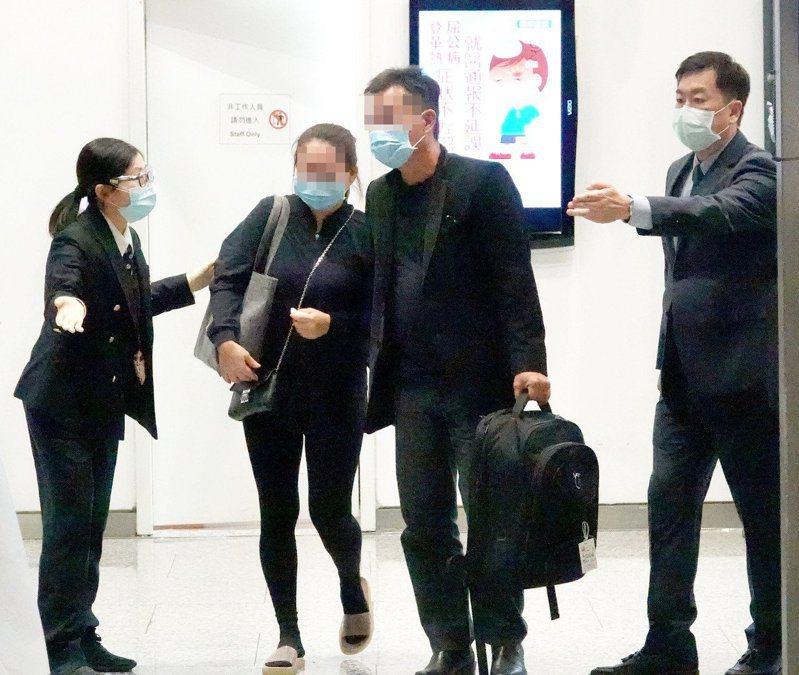 馬來西亞籍鍾姓女大學生遇害,她的雙親(中)昨晚從馬來西亞吉隆坡搭機抵達桃園機場,連夜南下高雄處理後事。記者陳嘉寧/攝影