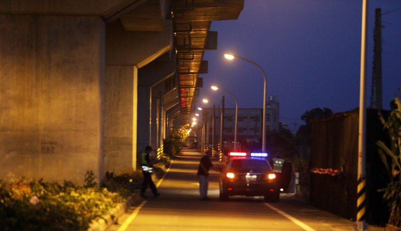 長榮大學女學生命案現場,遭外界質疑路燈不夠明亮,事發後沿線路燈全開,警方也展開巡邏,試圖亡羊補牢。 圖/聯合報系資料照片