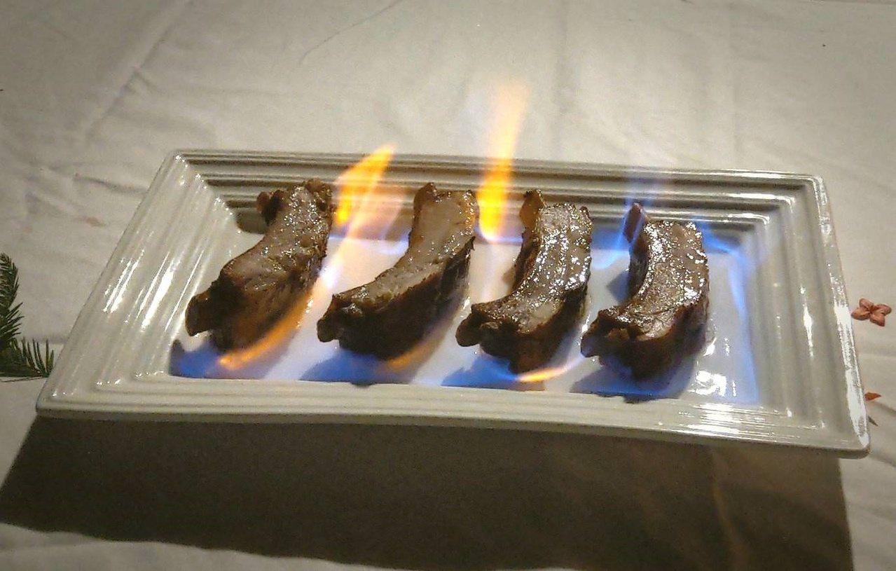 金棗汁醃製的子排在上桌前淋酒炙燒,是一道冬季限定料理。 圖/枕頭山花果野食趣團隊...