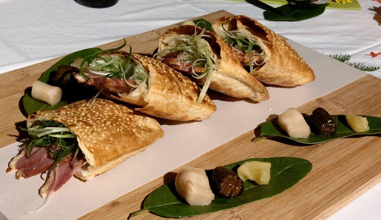 葛瑪蘭燒餅包裹著三星蔥、櫻桃鴨與金棗,鹹甜香酥層次分明,一旁搭配社區媽媽做的醃漬...