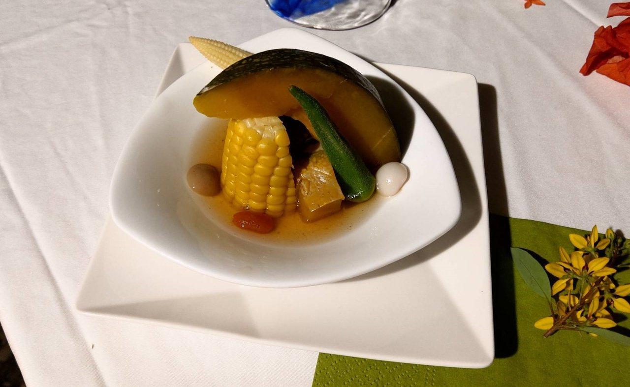 枕頭山休區團隊以簡單的在地蔬果蒸煮,就能吃出食物鮮甜原味。 圖/戴永華 攝影