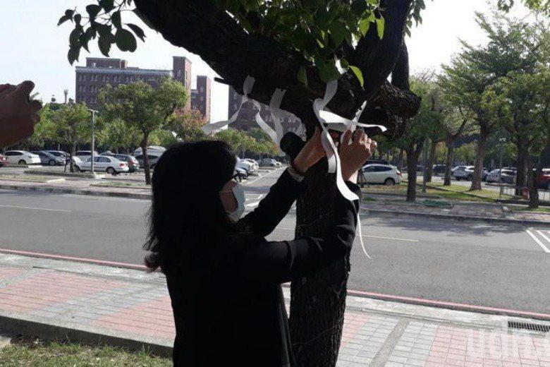 長榮大學師生在校園綁白絲帶紀念已逝同學。 圖/聯合報系資料照