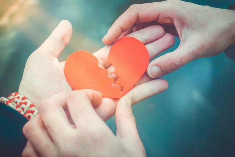 一名存款300萬的32歲男網友想跟大二女友結婚,卻不被對方家長接受。 圖/Ingimage