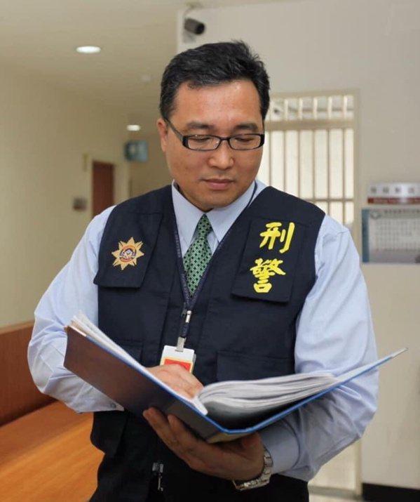簡賢福2015年退休,從警32年中有26年從事刑事偵查,歷任偵查員、小隊長、分隊...