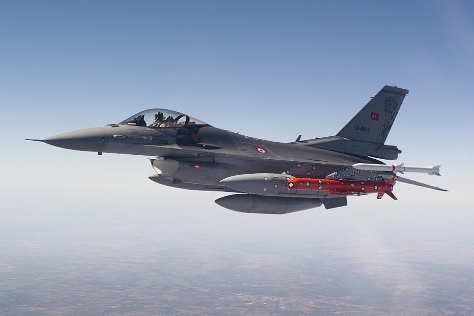 F-16C掛載AGM-84K SLAM-ER飛彈。  圖/洛克希德·馬丁網站