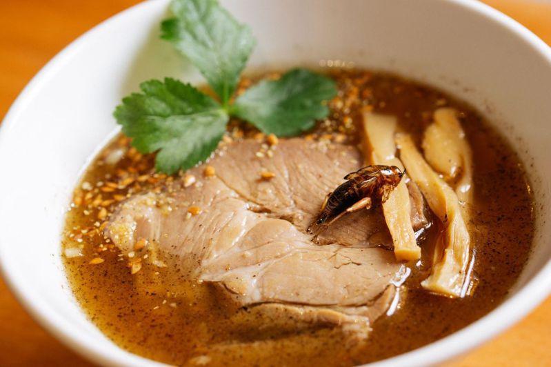 蟋蟀拉麵,湯頭以蟋蟀熬成、麵體中也加入了蟋蟀碎片。圖擷取自ANTCICADA官網