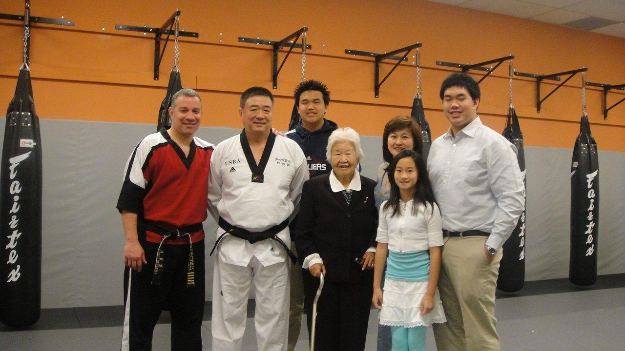柯約瑟(左二)很重視家庭,今年滿百歲的岳母與他們一家同住30年,三代同堂相當幸福...
