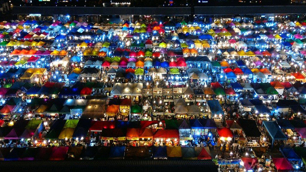 繽紛壯觀的夜市俯瞰,疫情衝擊外國遊客歸零,此景已不復見。 圖/船橋彰攝影