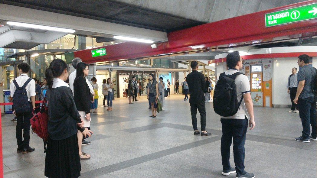 下午六點唱國歌,空鐵站乘客全員靜止一分鐘。 圖/船橋彰攝影