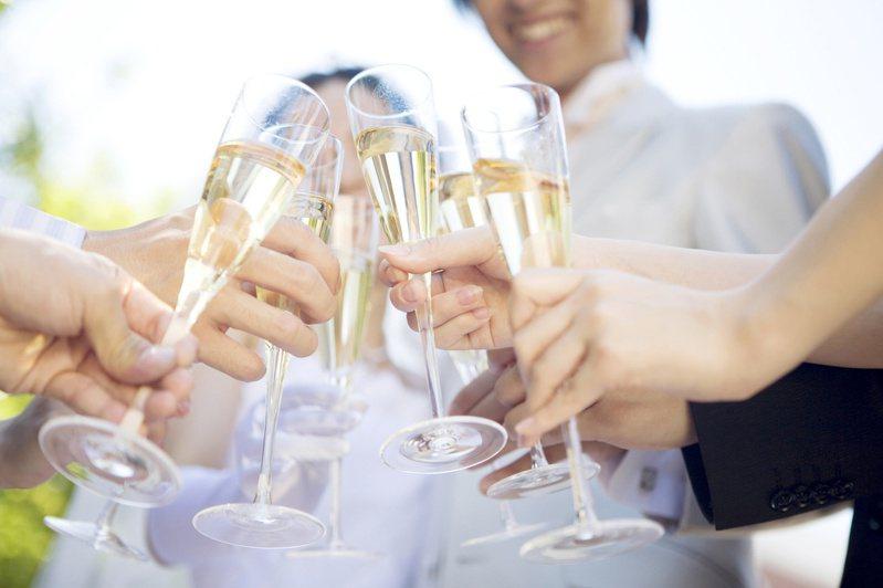 對許多新人而言,辦婚宴是為了與親朋好友共享喜悅,能否賺錢並非重點。 圖/Ingimage