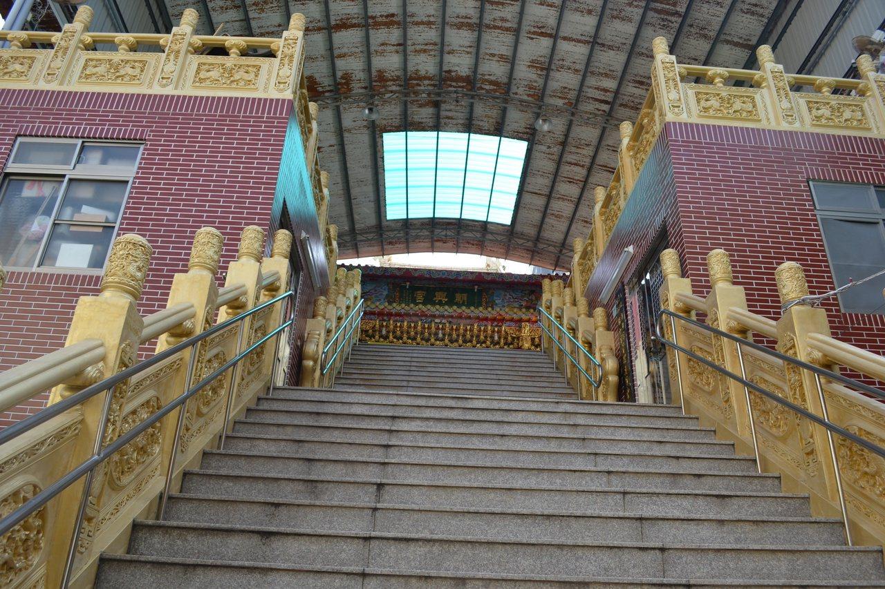 檨仔林朝興宮建於屋頂,樓下1、2樓出租當民宅。 圖/鄭惠仁 攝影