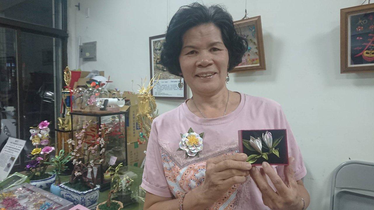 黃秀霞製作的立體玉蘭花胸花,精巧美麗,栩栩如生。 圖/簡慧珍 攝影
