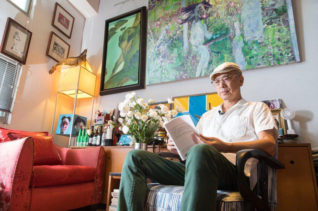 自小背不起文字,仍難減阮慶岳對閱讀的興致。記者陳立凱/攝影