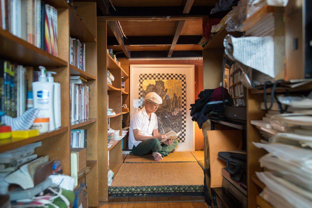 阮慶岳很享受徜徉在閱讀裡的時光。記者陳立凱/攝影