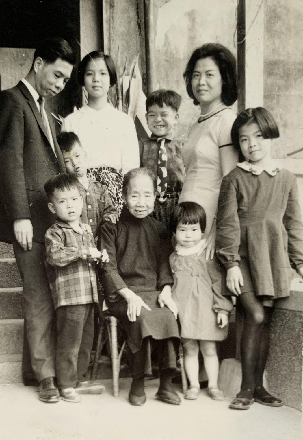 阮慶岳(左三)與父母手足感情融洽。圖/阮慶岳提供