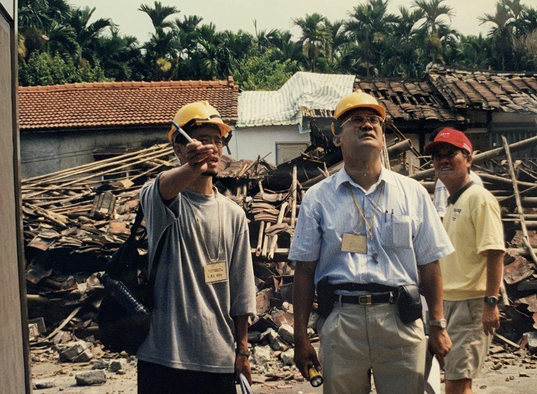 阮慶岳(左)於九二一大地震後赴災區作建築安全鑑定工作。圖/阮慶岳提供