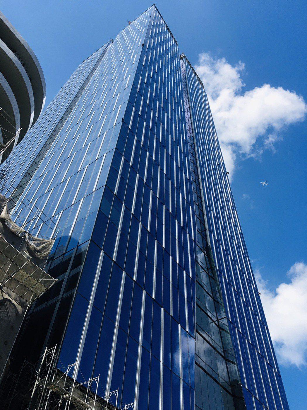 新莊宏匯思源 i-Tower 即將封頂,更將引領國內建築帷幕牆風潮。 台...