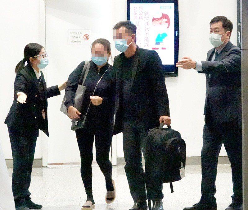 遇害女生雙親傷心抵台 馬來西亞籍鍾姓女大學生遇害,她的雙親(中)昨晚從馬來西亞吉隆坡搭機抵達桃園機場,連夜南下高雄處理後事。記者陳嘉寧/攝影