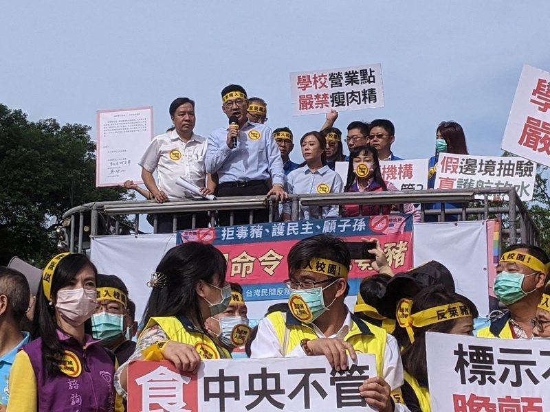 國民黨主席江啟臣到場聲援家長團體,反對萊豬進校園。記者劉宛琳/攝影