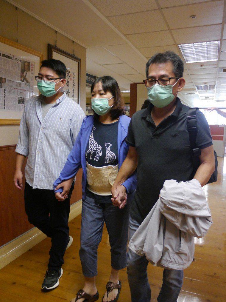 許姓婦人(中)即將出院,今早在丈夫與兒子陪同下出席記者會。記者徐白櫻/攝影