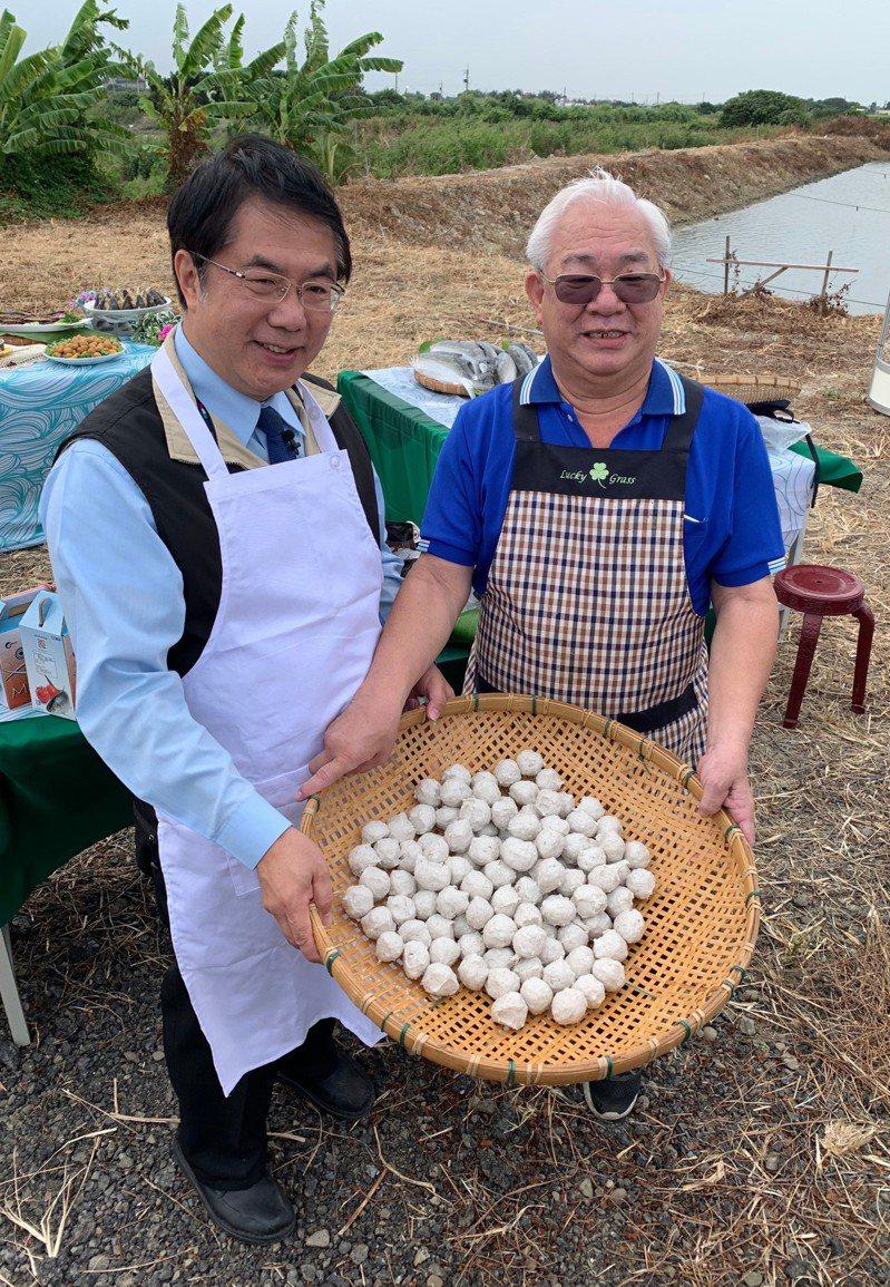 台南市長黃偉哲(左)以親切的形象受到市民的支持。圖/市政府提供