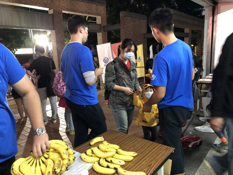 屏東縣政府為讓更多民眾了解香蕉美味,了解香蕉是方便補充體力的水果,與「2020台灣超級籃球挑戰賽」合作,爭取國內外曝光度,行銷屏東在地農特產品。圖/屏東縣府提供