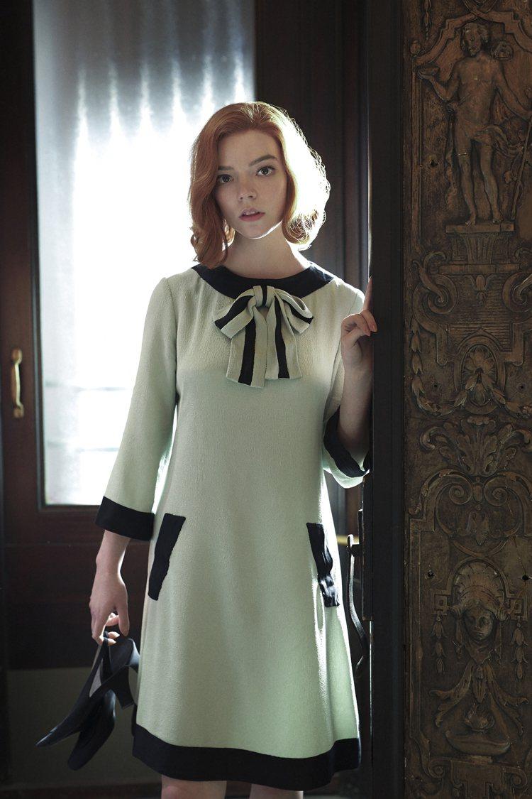 1950、60年代香奈兒的斜紋軟呢外套帶起滾邊細節流行,搭釦子所呈現的那種優雅端...