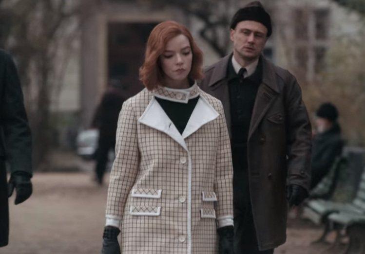 直身線條剪裁大衣。圖/擷取自Netflix