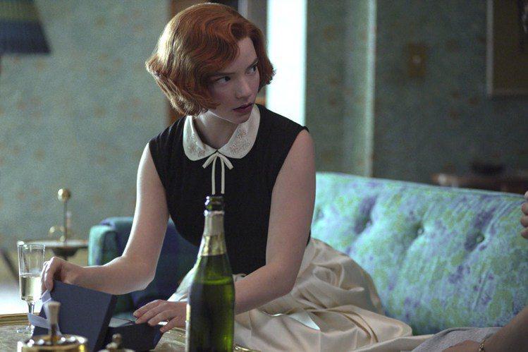 《后翼棄兵》裡充滿小領片、強調腰身的裝扮,精緻優雅。圖/Netflix提供
