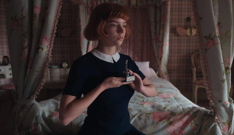 在劇中可以看到許多小領口設計。圖/擷取自Netflix
