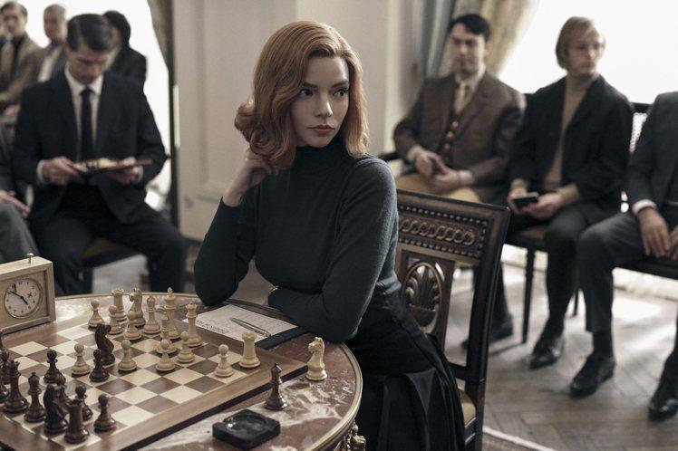 《后翼棄兵》女主角Beth通常都用極為貼身的上衣搭配高腰A字蓬蓬長裙或短裙,整體...