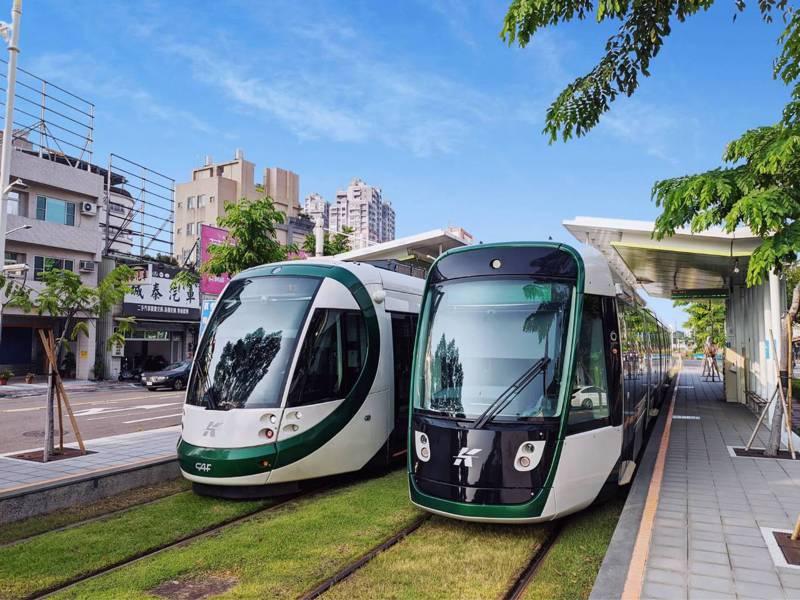 高雄輕軌二階列車(右)今起在一階路段試營運。圖/高雄市捷運局提供