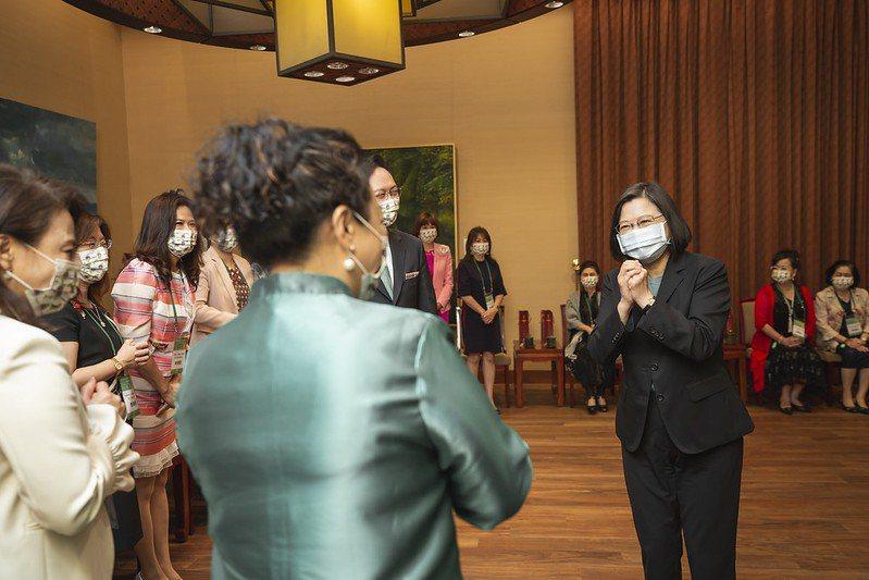 蔡英文總統今天接見「世界華人工商婦女企管協會訪問團」。圖/總統府提供