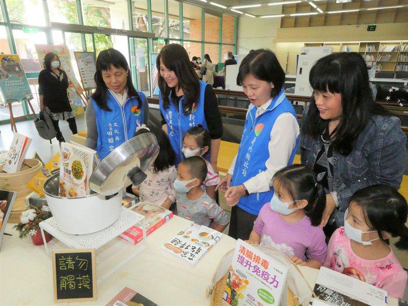 新竹縣文化局攜手全縣14所公共圖書館舉辦「2020新竹縣台灣閱讀節」系列活動,其中主題書展設置在文化局圖書館一樓。記者陳斯穎/攝影