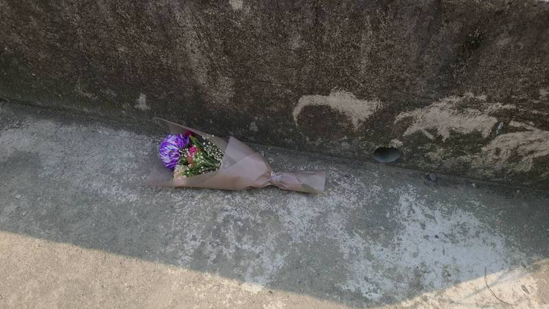 馬來西亞女大學生在台鐵高架橋下遭擄走殺害,命案現場還有人獻花哀弔。記者黃宣翰/攝影