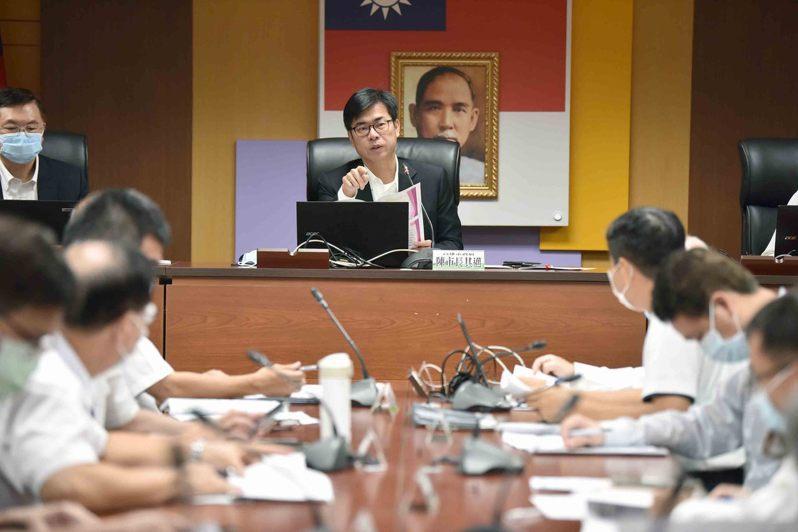 高雄市長陳其邁主持防疫會議,要求加強漁港檢疫。圖/高雄市政府提供