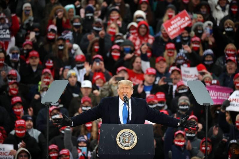 美國總統川普陣營近日以40支數位廣告,強打對手拜登「侮辱千百萬黑人美國人」。圖為川普上月27日在密西根州蘭辛市造勢。法新社