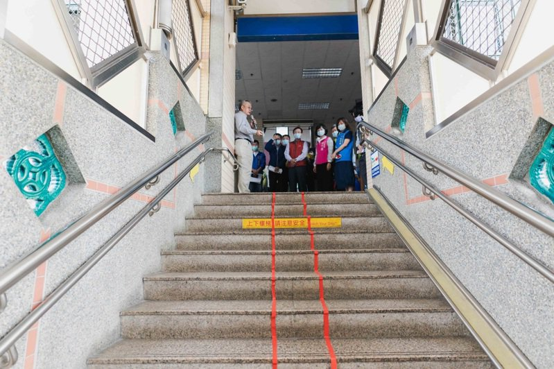 台鐵將斥資6500萬,在鶯歌火車站內增設4座電扶梯,提升便利性。圖/新北市立委蘇巧慧提供