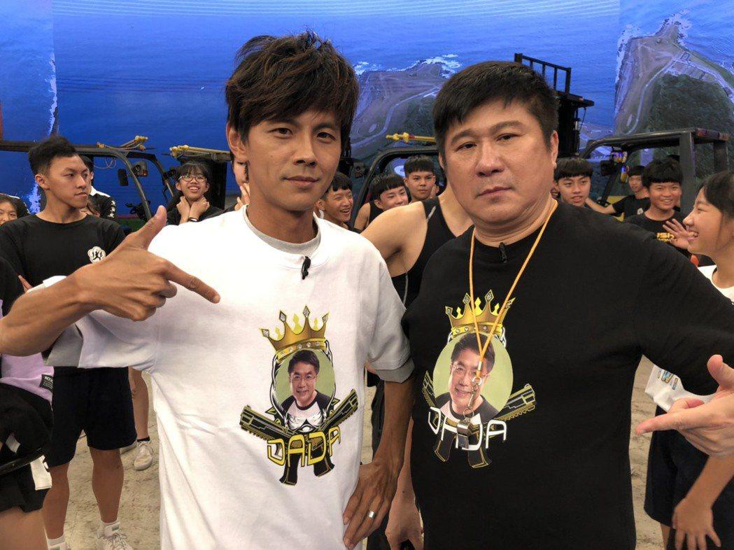 胡瓜(右)和阿翔主持民視「綜藝大集合」。圖/民視提供