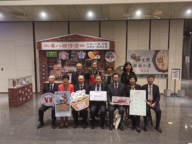 財政部長蘇建榮(前排中)表示,會跨部會合作讓房市健全發展。記者翁至威/攝影