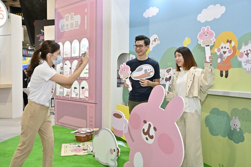 高鐵攤位設有「台灣高鐵與卡娜赫拉的小動物」高鐵聯萌小物專區,讓參觀民眾可以盡情地和P助與卡娜赫拉一起打卡合照。圖/台灣高鐵公司提供